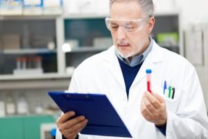 Wissenschaftler untersucht Probe in einem Labor