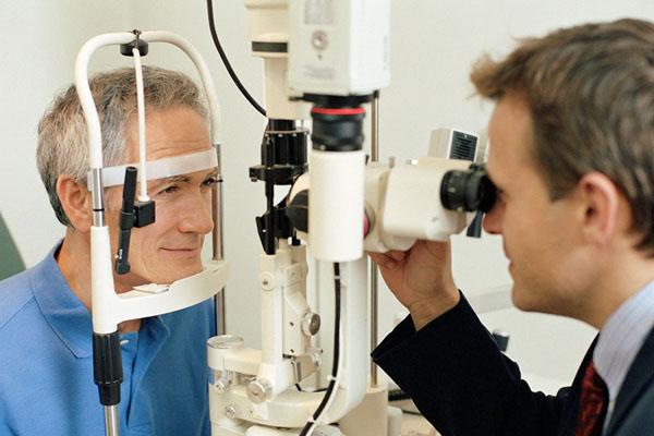 Mann beim Augenarzt wegen Glaukom